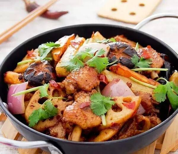 味型上,融合火锅,川式干锅,香辣菜系等特点, 已被越来越多的都市人