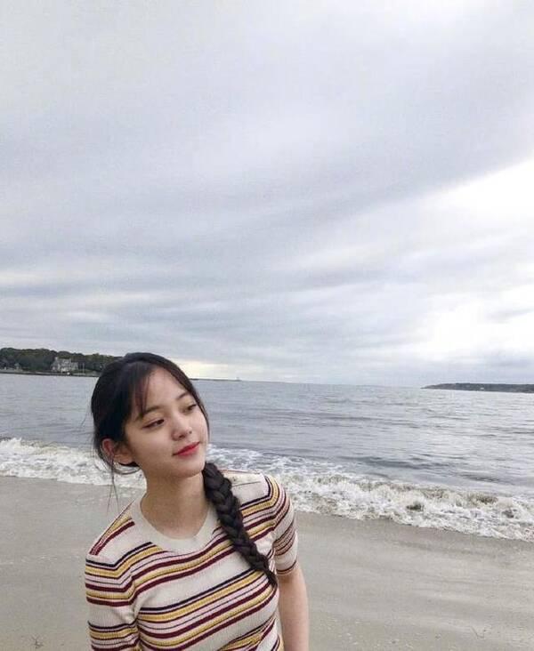 """欧阳娜娜晒海边照清纯甜美,但她的""""大水桶""""裤却是有失图片"""
