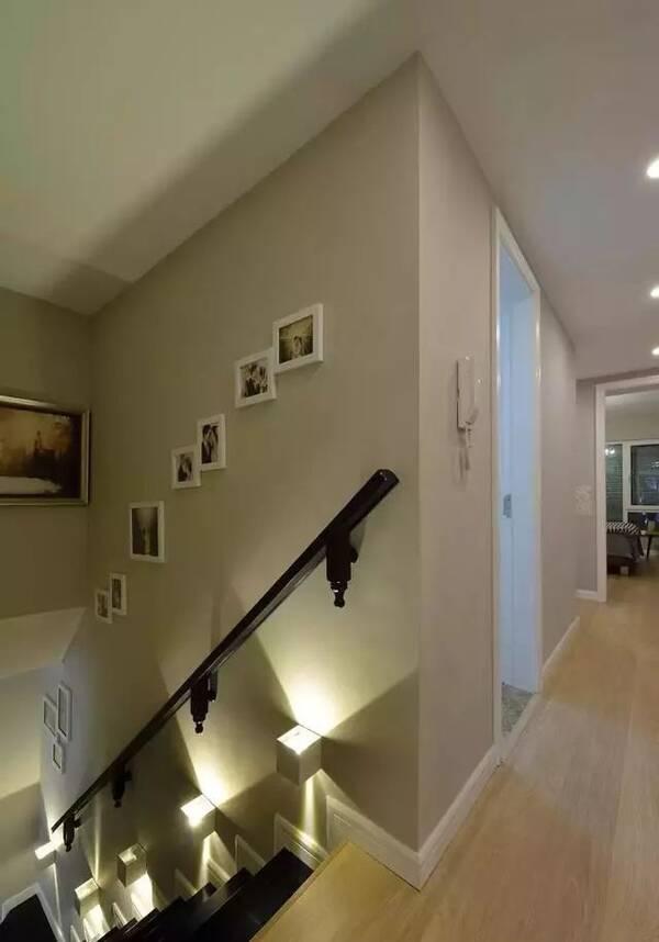黑色楼梯步搭配黑色扶手,装几盏壁灯形成夜灯效果,光与影的结合,安全图片