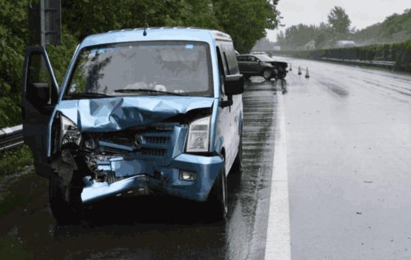 下雨天应该如何开车灯?老司机:动不动就开雾灯的,趁早卖车吧
