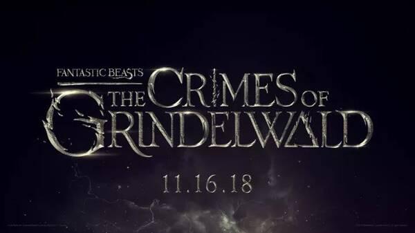 续集定名[Fantastic Beasts: The Crimes of Grindelwald] 不过最受瞩目的,还是裘德洛饰演的中年版邓布利多首度揭开了神秘面纱。 据了解,老邓与格林沃德相识于1898年,那时他们才17岁,而续集的故事发生在1927年,此时格林沃德已成为了初代黑魔王,而他和老邓也都已经46岁了。