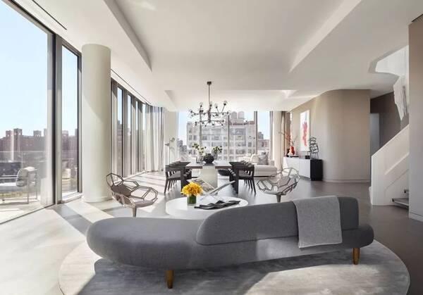 奢华公寓 520 West 28th Street 扎哈生前设计的这所公寓用纽约曼哈顿切尔西区的地址命名:520 West 28th Street,项目紧挨着高线公园,11层高的建筑只有39个私人住宅。  近日项目公布了顶层复式的样板间,有着三层的设计。  先看一下平面图,637 平层公寓,另有237 的屋顶及阳台,5个卧室,6个浴室,目前公布的售价5000万美金,约合人民币3.