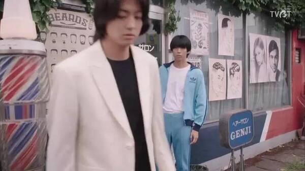 三桥志贵和伊藤真司在转学的前夕不约而同的去理发店改变发型,这是