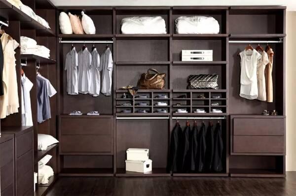 有经济条件的人群在选择房子时,都会选择大户型。大户型除了室多厅多,另一个特点是主人房往往也大。在卧室足够空间的情况下,卧室+开放式衣帽间也成为近年来流行的组合。如果仔细留意的话,在现代人们家中,敞开式衣橱的身影不在少数。为什么大家都喜欢这么搭,仔细想想,开放式衣橱除了会惹上点尘埃外,好处还是比较多的。比如,既视感,一眼就能看遍衣橱中的春夏秋冬。选择穿衣更是一眼明了,避免为找一件衣服而把衣橱翻得乱七八糟。  衣橱内部结构 开放式衣橱虽然一目了然,又很便捷。但内部结构设计是非常重要的。针对收纳最好划分不同区域