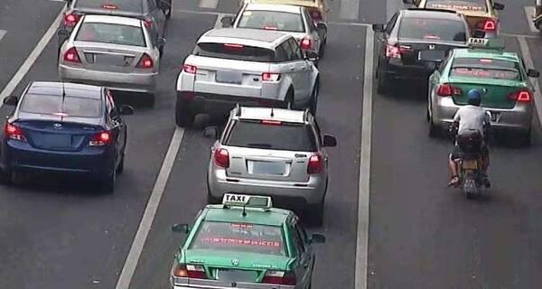"""遭强行并线而自己又刹不住车怎么办?老司机:这样""""撞""""损失最小"""