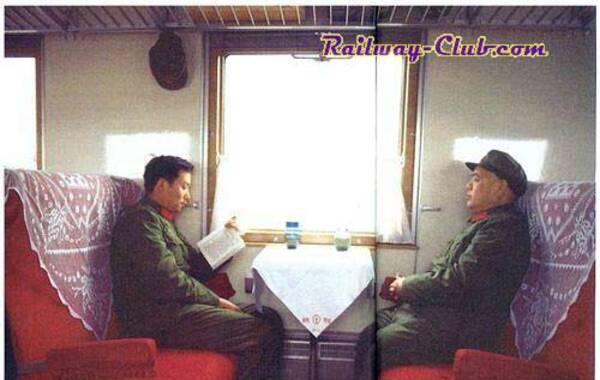 老照片:王洪文与姚文元在豪华的专列上