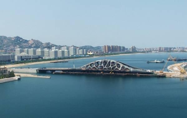 """西海岸发展集团开发公司项目经理董志强告诉记者:""""目前,桥梁正在进行"""