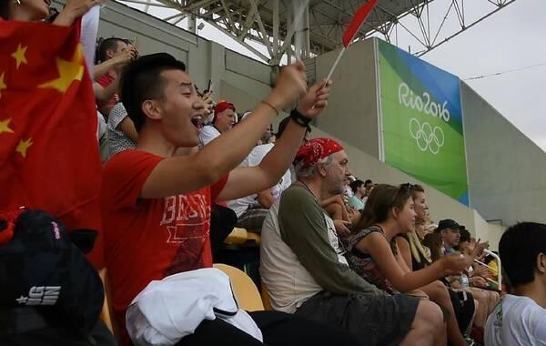 北京时间8月8日凌晨4时,里约奥运会跳水项目首金诞生,中国运动员吴敏霞施廷懋夺女子双人3米板冠军。在比赛现场,记者偶遇到吴敏霞男友,他特地到场为其加油鼓气。图为吴敏霞男友观看吴敏霞比赛。
