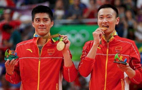 里约奥运羽毛球男子双打决赛,张楠/傅海峰组合对阵马来西亚的吴蔚昇/陈炜强组合。最终张楠/傅海峰连救两赛点2-1逆转夺金。