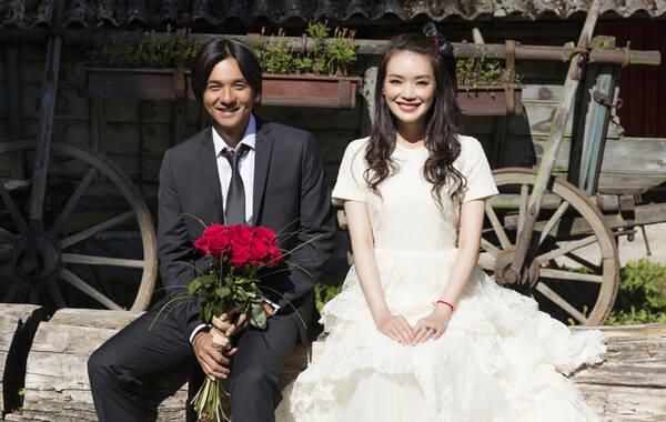 9月3日消息,舒淇冯德伦宣布结婚,并拍摄了一组甜蜜的婚纱照,一直没有正式承认恋情的两位一宣布就放闪,婚纱照中两人相当甜蜜。