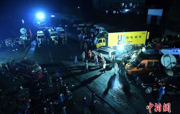 10月31日晚,重庆永川区煤矿瓦斯爆炸搜救人员分批下井进行救援。当日,记者从重庆市官方获悉,重庆永川区来苏镇金山沟煤矿11时30分左右发生一起瓦斯爆炸事故。事发时井下共35人,目前2人已成功升井,发现15具遇难者遗体,其余18人仍情况不明。图为井口外的救援指挥现场。 中新社记者 陈超 摄