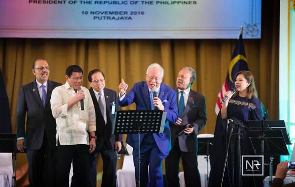 11月11日报道,10日,在马来西亚总理纳吉布为菲律宾总统杜特尔特举行的国宴上,杜特尔特与纳吉布一起,在席间唱起了卡拉OK。两人一个抒情,一个奔放,唱到情深处都嗨了。