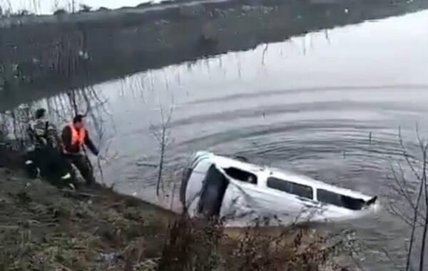 12月2日消息,湖北鄂州一客车不慎落入湖中 已致17人死亡。据当地交通运输部门相关负责人介绍,目前已造成18人死亡,还有两人正在医院抢救。
