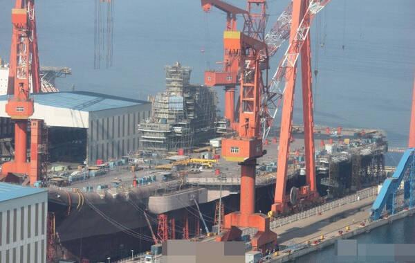 2017年4月9日,中国首艘国产航母开始上漆。正在大连某船厂建造的国产航母刷上了一层海军灰漆,施工人员还在加紧施工建造。国产航母将在4月23日中国海军建军节当天下水。来源:央广军事