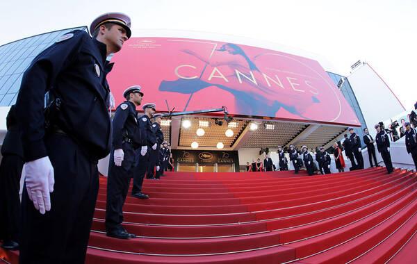 当地时间5月17日,第70届法国戛纳电影节举行。据悉,今年戛纳电影节主竞赛单元里,唯一可以被称为大师级导演的只有奥地利导演迈克尔·哈内克,今年的《快乐结局》是他第七次入围主竞赛,之前他已经拿过两次金棕榈大奖。此次电影节评委由西班牙导演佩德罗·阿莫多瓦担任主席,成员包括德国女导演玛伦·阿德、美国女演员杰西卡·查斯坦、法国女演员阿涅斯·夏薇依、美国男演员威尔·史密斯、意大利导演保罗·索伦蒂诺、法国作曲家盖布瑞·雅德、韩国导演朴赞郁和中国女演员范冰冰。