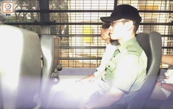 """8月22日消息,被判监禁6个月的""""非法占中""""头目黄之锋剃头照片曝光。黄之锋今早(22日)近8时乘囚车由壁屋惩教所到香港高等法院应讯,这是黄之锋入狱后首次现身,其剃头照也第一次曝光。"""