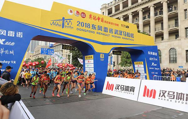 今天上午7点30分,2018东风雷诺武汉马拉松在沿江大道汉口江滩鸣枪起跑,共吸引了24000名选手参赛。图为选手们冲出起点。