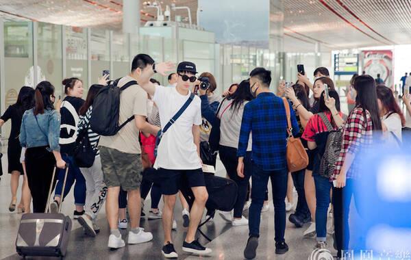 昨天下午,新生代人气偶像许魏洲现身北京机场,前往美国参加2017公告牌音乐颁奖典礼。