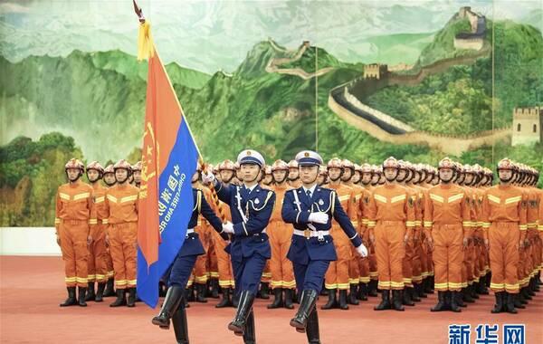 11月9日消息,国家综合性消防救援队伍授旗仪式在北京人民大会堂举行。图为仪仗队员护卫着中国消防救援队队旗正步行进。来源:新华网