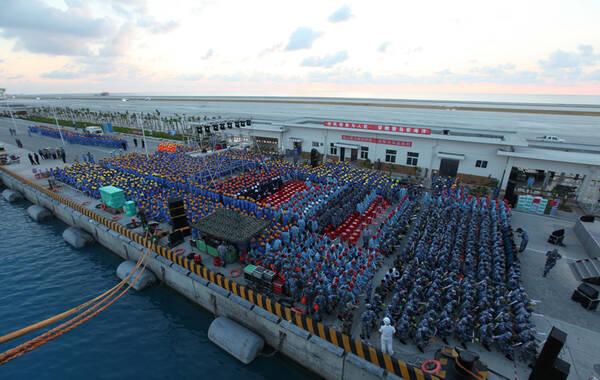 5月2日晚上,海军组织文艺工作者赴南沙慰问演出。这是傍晚时分,演出开始前,永暑礁建设者和守礁官兵陆续入场。李唐 摄