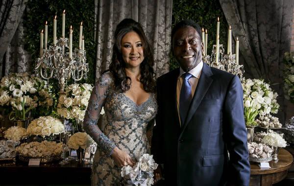 当地时间2016年7月9日,巴西瓜鲁雅,贝利与女友青木喜结连理,球王第三次婚姻开启美好晚年生活。