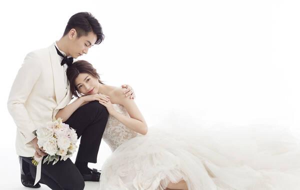 从7月5日幸福晒结婚证开始,关于陈晓陈妍希婚礼的甜蜜消息一个个传来。近日,两人的婚纱照甜蜜曝光,简约优雅的礼服甜蜜浪漫。据悉,陈晓与陈妍希将在7月19日于北京的雁栖湖举行婚礼,届时,圈内圈外的各方亲朋好友将齐聚一堂,共同见证这对新人的幸福瞬间。