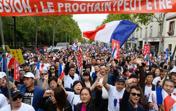 当地时间2016年8月21日,法国巴黎,当地华人参加游行,呼吁保障华人安全,创造更安全更平等的社区环境。8月7日,温州籍华侨张朝林和朋友在巴黎北郊的奥拜赫维利耶市遇3名北非裔青年拦路抢劫。抢匪对张朝林及其同伴进行殴打,导致张朝林头部受到重创。后者在被送院就医后一直昏迷不醒,于12日宣告伤重不治。来源/视觉中国