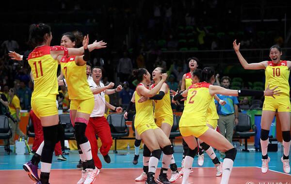 北京时间8月21日,女排决赛中国队对阵塞尔维亚,最终中国女排3-1战胜塞尔维亚,时隔十二年再夺奥运冠军。赛场上,她们是巾帼英雄;生活里,她们和大多女孩一样,爱美、乖巧伶俐。