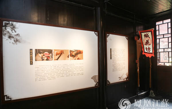 """绒花,是独具南京特色的手工艺品之一;绒花制作,则是南京的一项非遗工艺。它的品种很多,有鬓头花、帽花、胸花、戏剧花等,其中鬓头花最受老百姓青睐。绒花谐音""""荣华"""",民间一事三节(婚嫁喜事、春节、端午节、中秋节)都有用绒花做装饰的习俗,借以祈福、辟邪。(文/邬楠 叶祥兵 摄/胡潇)"""