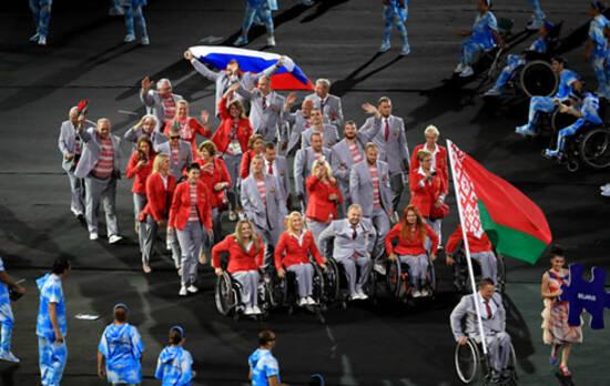 据俄罗斯卫星网9月8日报道,白俄罗斯残奥委会主席奥列格·舍佩尔8日表示,该国代表团在里约残奥会开幕式上举着俄罗斯国旗入场,以示对被禁赛的俄残奥运动员的支持。不过旗帜最后被没收了。