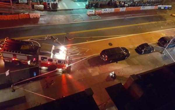 据外电18日报道,当地时间17日晚,美国纽约曼哈顿附近的切尔西传出巨大的爆炸声。纽约警方和消防人员已经赶往了爆炸现场。目击者称,看到爆炸现场有三个人被抬上了救护车,伤势不明�;褂械钡孛教灞ǖ浪�,爆炸可能是由简易炸弹引起的。爆炸造成至少26人受伤。