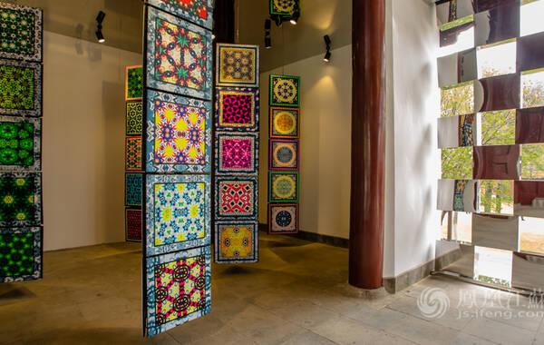 精彩的名城会之余,各位参会人员还参观此次展会中的各类艺术展,图为此次主会场内的精美艺术装置。