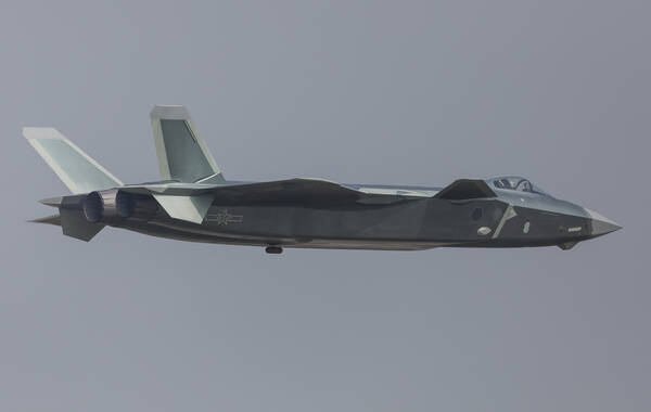 实拍:歼-20现场展示垂直爬升 多次翻滚(图)