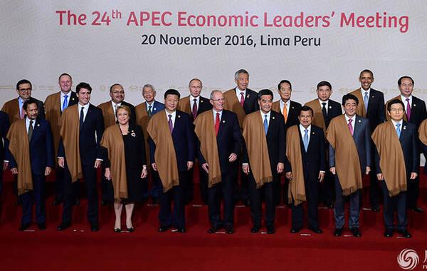 """APEC峰会领导人身披秘鲁特色披肩 拍摄""""全家福"""""""