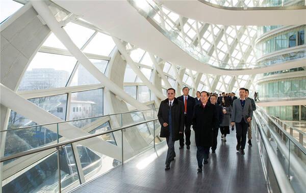 东方航空和凤凰卫视11号在北京签署了战略合作框架协议,确定双方合作的基础原则和意向,并将在协议基础上开展具体业务合作。当天上午,凤凰卫视董事局主席、行政总裁刘长乐太平绅士陪同东航集团董事长刘绍勇先生一行参观了北京凤凰中心。