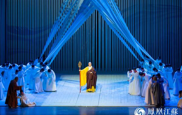 2月5日、6日晚,从日本载誉而归的原创史诗歌剧《鉴真东渡》,在北京国家大剧院进行了演出。据了解,此次演出是这部在日本引起轰动的原创歌剧在国内舞台上的首度正式亮相,同时也是江苏演艺集团进入农历新年的首场重要演出活动。图为演出现场。(文/华贤东 摄/胡潇)