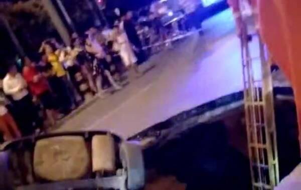 今晚9点多,西二旗一处路面塌陷,造成一辆黑色轿车陷进坑中。