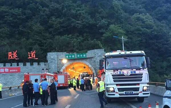 据华商报报道,2017年8月10日23时34分,西安-汉中高速一客运发生事故已经导致36死13伤。初步了解,事故发生在10日23时34分,事故车辆为河南经营的一辆客运车,从成都发往洛阳,在途经西汉高速秦岭隧道时,因撞到隧道墙壁发生事故,事故造成36人死亡,13人受伤,伤者已被紧急送医。(袁小锋)