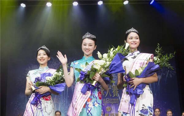 华姐欧洲赛区三甲诞生,从左至右分别是季军梁思遥、冠军宋佳怡、亚军吴婷婷。