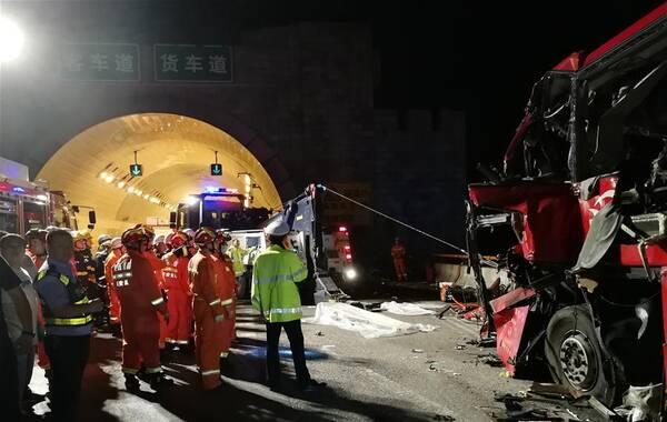 8月10日23时许,从成都开往洛阳的大客车在陕西省境内京昆高速公路安康段秦岭1号隧道发生碰撞隧道口事故,造成车内36人死亡,13人受伤。目前伤者已送往当地医院救治,事故调查工作正在进行中。新华社发