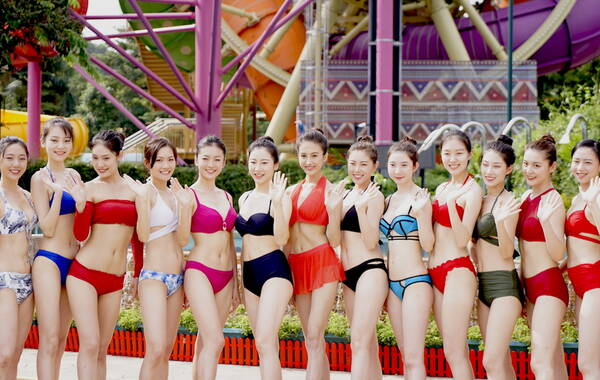 佳丽泳装齐聚水上乐园