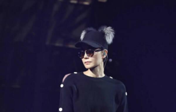 """12月29日, 王菲墨镜遮面素颜亮相彩排,戴着毛茸茸的帽子真是有一种""""高冷萌""""。睽违四年,王菲终于再次开唱了。仅有一场的主题演唱会""""幻乐一场""""将12月30日于上海唱响。(图文来源:视觉中国)"""