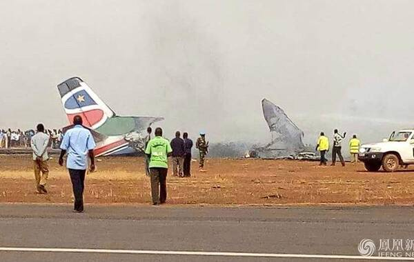 新华社3月20日报道,一架小型客机20日下午在南苏丹瓦乌机场着陆时坠毁,燃起大火并伴有爆炸,目前伤亡情况不明。中国赴南苏丹(瓦乌)工兵和医疗分队正在参与救援。在南苏丹坠毁的飞机上有44名乘客。
