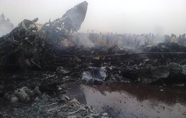 新华社3月20日报道,一架小型客机20日下午在南苏丹瓦乌机场着陆时坠毁,燃起大火并爆炸。中国赴南苏丹(瓦乌)工兵和医疗分队参与救援。庆幸机上44人奇迹生还,其中9人受伤送院,暂时未知意外原因。