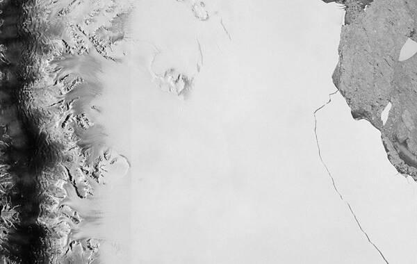 7月13日报道,NASA日前公布南极卫星图像。根据卫星图像显示,2014年-2017年,拉森(Larsen C)冰架濒临崩解。英国研究人员12日表示,这座巨大冰山与南极大陆冰架脱离。另外,这一团队认为,这次冰山分离属自然现象,与全球变暖没有直接关联。图:视觉中国 文:新华社