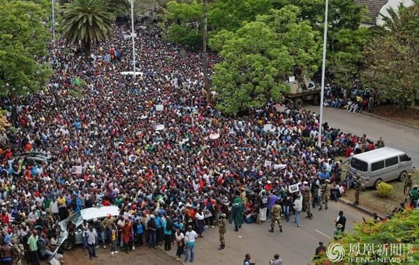 11月19日报道,数万名津巴布韦民众当地时间18日上午涌入首都哈拉雷街头举行大规模游行,对军方的军事行动表示支持,并要求总统穆加贝立即辞职。图为民众聚集在津巴布韦政府大楼门前抗议。文:新京报 新华网