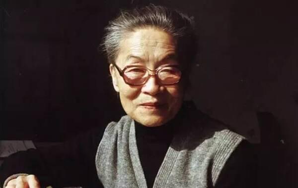 """2016年5月25日凌晨,一代文学大师杨绛先生在北京逝世,享年105岁。1911年7月17日,杨绛生于北京,本名杨季康,江苏无锡人,中国著名的作家,戏剧家、翻译家。多年前,钱锺书给了杨绛一个最高的评价:""""最贤的妻,最才的女""""。"""
