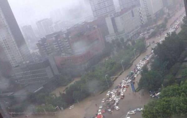 6月1日早晨,湖北连续下雨,武汉多地积水,早上上班的人们只得淌水艰难前行。不少市民纷纷发朋友圈,称武汉继续看海了,上班只能靠开船。