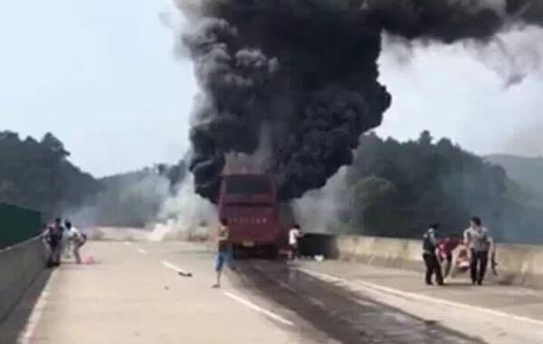 2016年6月26日上午10:20左右,一辆车牌号为湘D94396大巴车(55座)由衡阳开往广东方向的旅游大巴车,在宜凤高速长村东溪大桥附近碰撞隔离带和护栏后起火。目前已造成30人遇难,伤员被送医救治。事故原因和伤亡人数正在进一步核实当中。图为事故现场浓烟滚滚。(央视记者谢宝军)