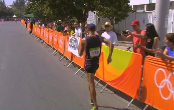 男子50公里竟走,法国选手世界记录保持者Diniz目前领先,不过他边走边拉了。